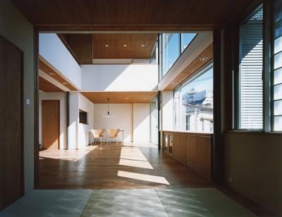 和室からリピングを望む (大崎の家 − 崖に囲まれた中、開放的な空間を実現)