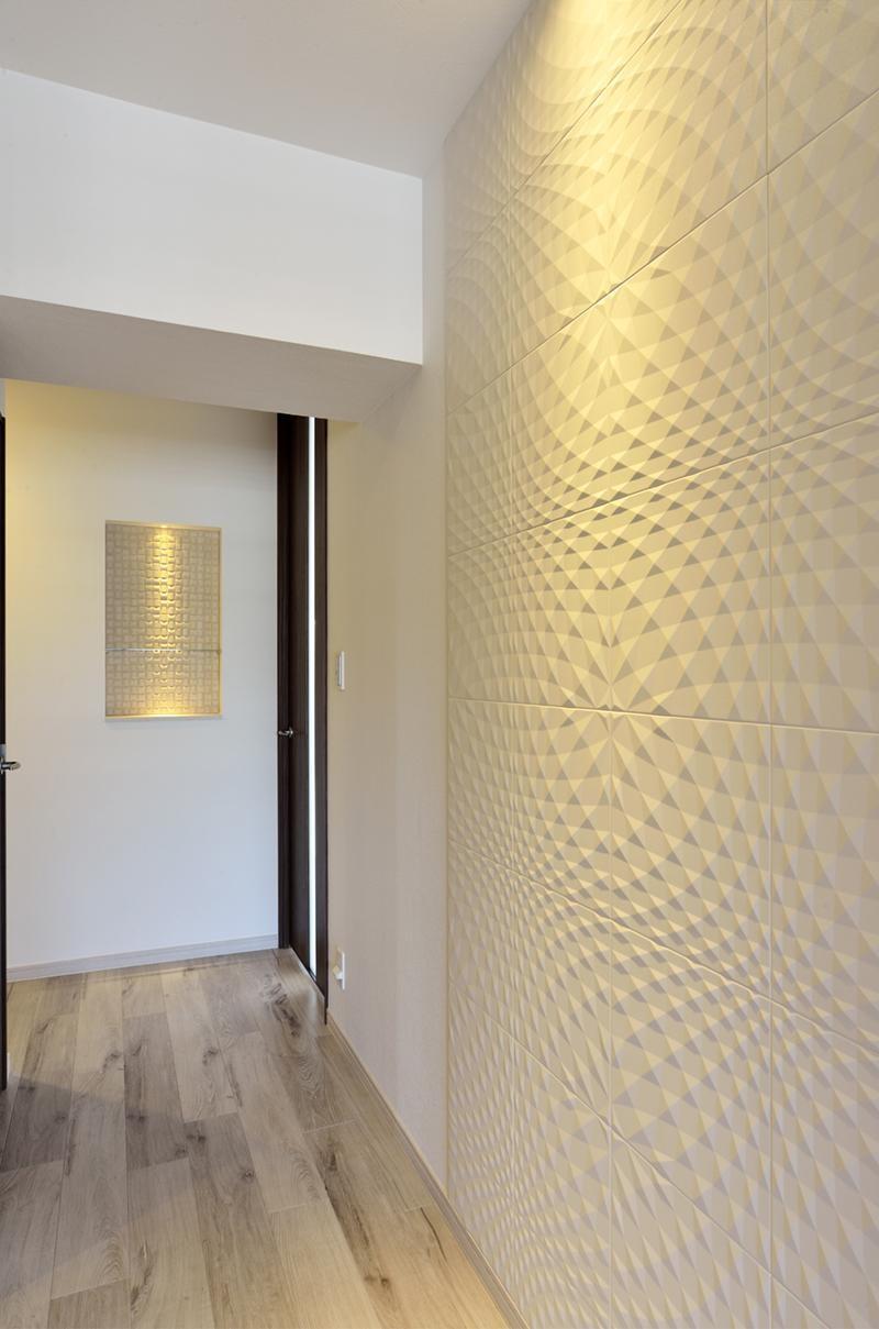 少ないけれども十分な収納スペースを設けた快適な住居 (エコカラットの存在感ある廊下)
