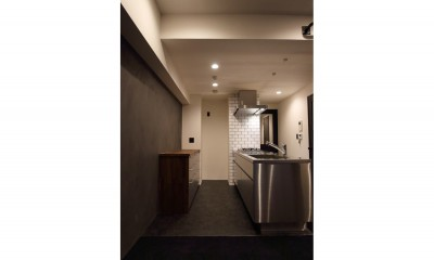 キッチン|【モノトーン】×【アジアで見つけたビンテージ家具】でつくる東南アジアのリゾートホテル