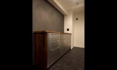 【モノトーン】×【アジアで見つけたビンテージ家具】でつくる東南アジアのリゾートホテル (キッチン)