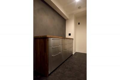 キッチン (【モノトーン】×【アジアで見つけたビンテージ家具】でつくる東南アジアのリゾートホテル)
