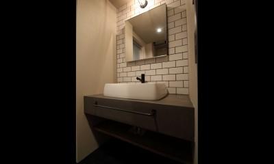 【モノトーン】×【アジアで見つけたビンテージ家具】でつくる東南アジアのリゾートホテル (サニタリー)