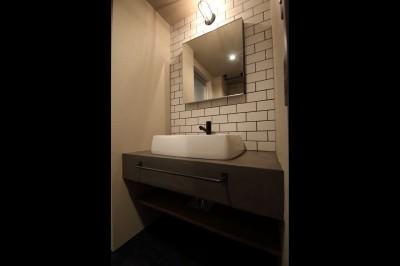 サニタリー (【モノトーン】×【アジアで見つけたビンテージ家具】でつくる東南アジアのリゾートホテル)