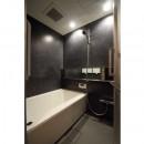 【モノトーン】×【アジアで見つけたビンテージ家具】でつくる東南アジアのリゾートホテルの写真 バスルーム
