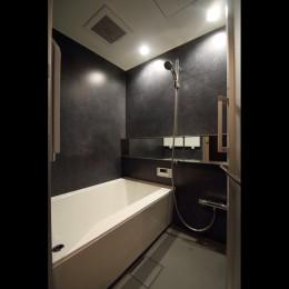 【モノトーン】×【アジアで見つけたビンテージ家具】でつくる東南アジアのリゾートホテル (バスルーム)