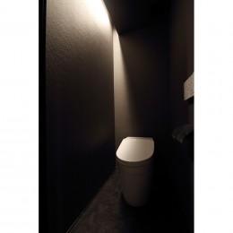 【モノトーン】×【アジアで見つけたビンテージ家具】でつくる東南アジアのリゾートホテル (トイレ)