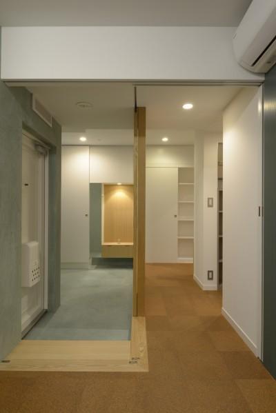 二つの床材 (第二の人生を夫婦で楽しむ光と風が通り抜けるマンションのスケルトンリフォーム)