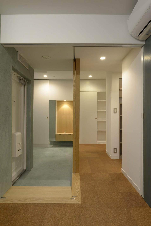 第二の人生を夫婦で楽しむ光と風が通り抜けるマンションのスケルトンリフォーム (二つの床材)