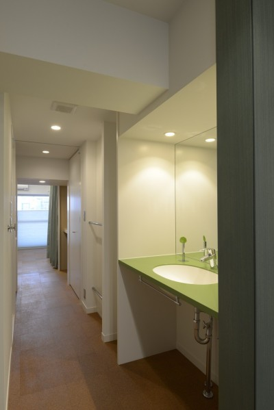 廊下に洗面所 (第二の人生を夫婦で楽しむ光と風が通り抜けるマンションのスケルトンリフォーム)