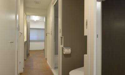 第二の人生を夫婦で楽しむ光と風が通り抜けるマンションのスケルトンリフォーム (2箇所の入り口のあるトイレ)