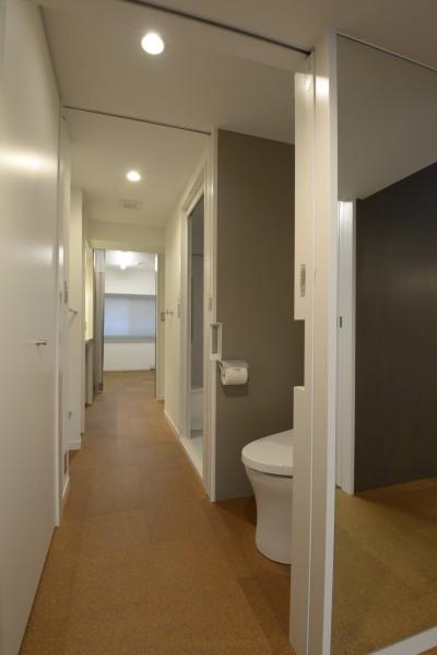 2箇所の入り口のあるトイレ (第二の人生を夫婦で楽しむ光と風が通り抜けるマンションのスケルトンリフォーム)