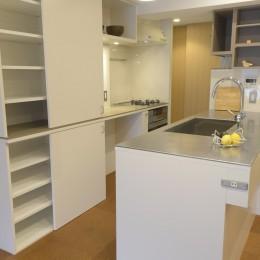 第二の人生を夫婦で楽しむ光と風が通り抜けるマンションのスケルトンリフォーム (キッチン収納)