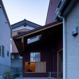 路地の正面には見えるのは、家族や地域の人を迎え入れる小さな茶室 (椿庵 ― 茶室のある旗竿敷地の住宅 ―)