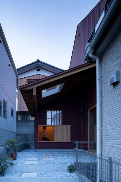 椿庵 ― 茶室のある旗竿敷地の住宅 ― (路地の正面には見えるのは、家族や地域の人を迎え入れる小さな茶室)