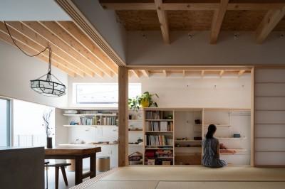 障子を開け放つと土間と連続する和室 (椿庵 ― 茶室のある旗竿敷地の住宅 ―)