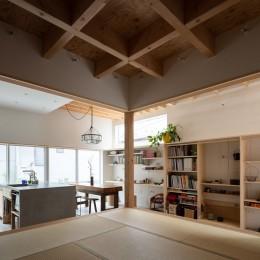 椿庵 ― 茶室のある旗竿敷地の住宅 ― (土間から1段上がった8畳間)