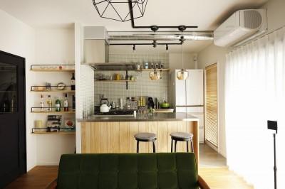 板張りのカウンターとタイルが好相性なキッチン (ぐるり一周)