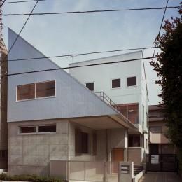 【二つ棟の家】  寄り添う2つの三角形 (外観 道路からの眺め)