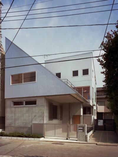 外観 道路からの眺め (【二つ棟の家】  寄り添う2つの三角形)