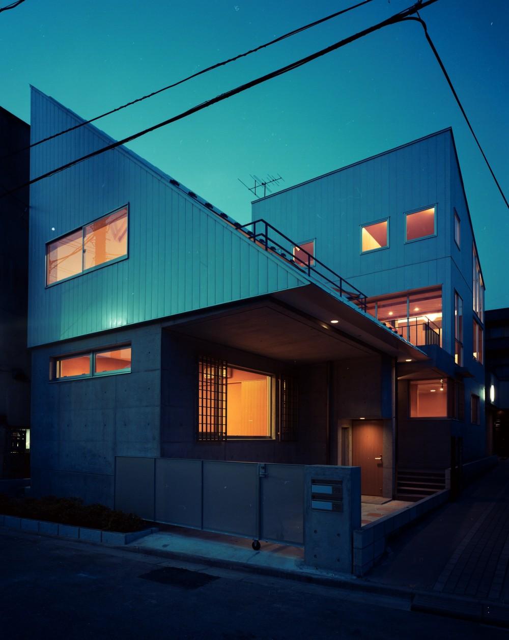 【二つ棟の家】  寄り添う2つの三角形 (夕景 外観)