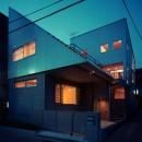 【二つ棟の家】  寄り添う2つの三角形の写真 夕景 外観