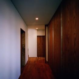 【大崎の家】    崖に囲まれた中、吹抜空間が心を解き放つ (廊下)