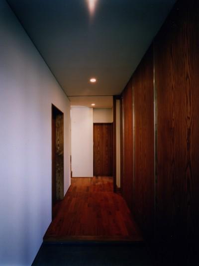 廊下 (【大崎の家】    崖に囲まれた中、吹抜空間で心を解き放つ)