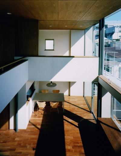 【大崎の家】    崖に囲まれた中、吹抜空間が心を解き放つ (2階から見下ろす)