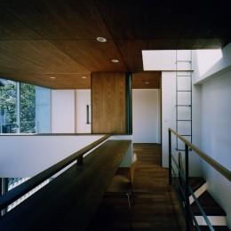 【大崎の家】    崖に囲まれた中、吹抜空間で心を解き放つ (2階)
