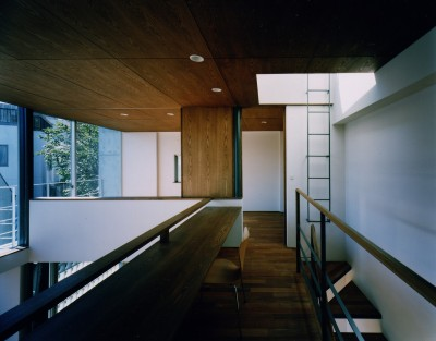 2階 (【大崎の家】    崖に囲まれた中、吹抜空間が心を解き放つ)