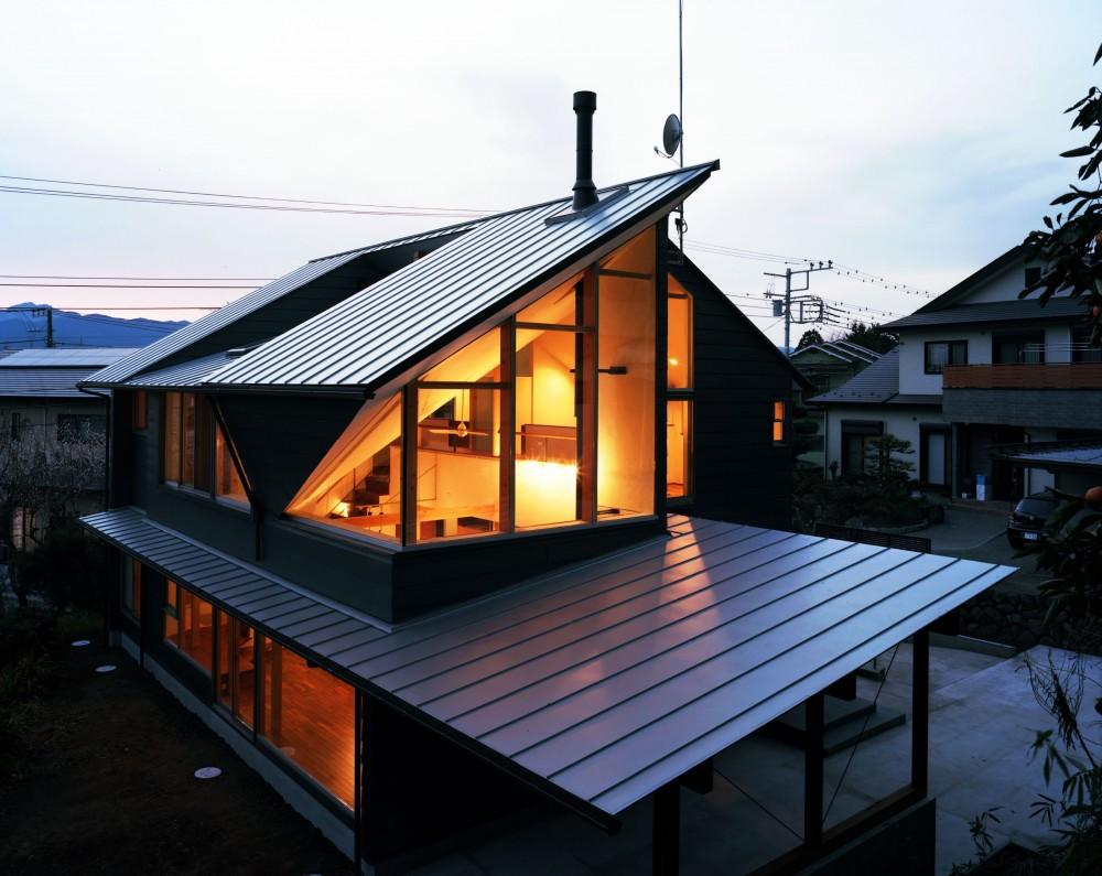 【山に向かう家】  山へと心が誘われる、暖炉のある家 (外観夕景)
