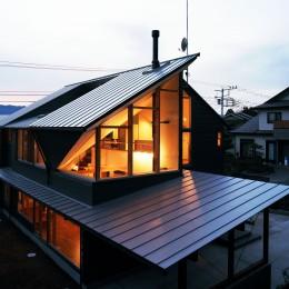 【山に向かう家】  山へと心が誘われる、暖炉のある家
