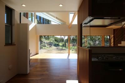 リビングダイニングキッチン (【山に向かう家】  山へと心が誘われる、暖炉のある家)