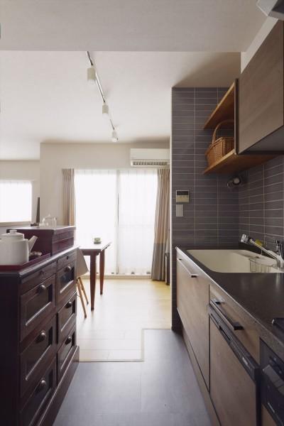 壁向きのキッチン (M邸_風の吹き抜ける場所)