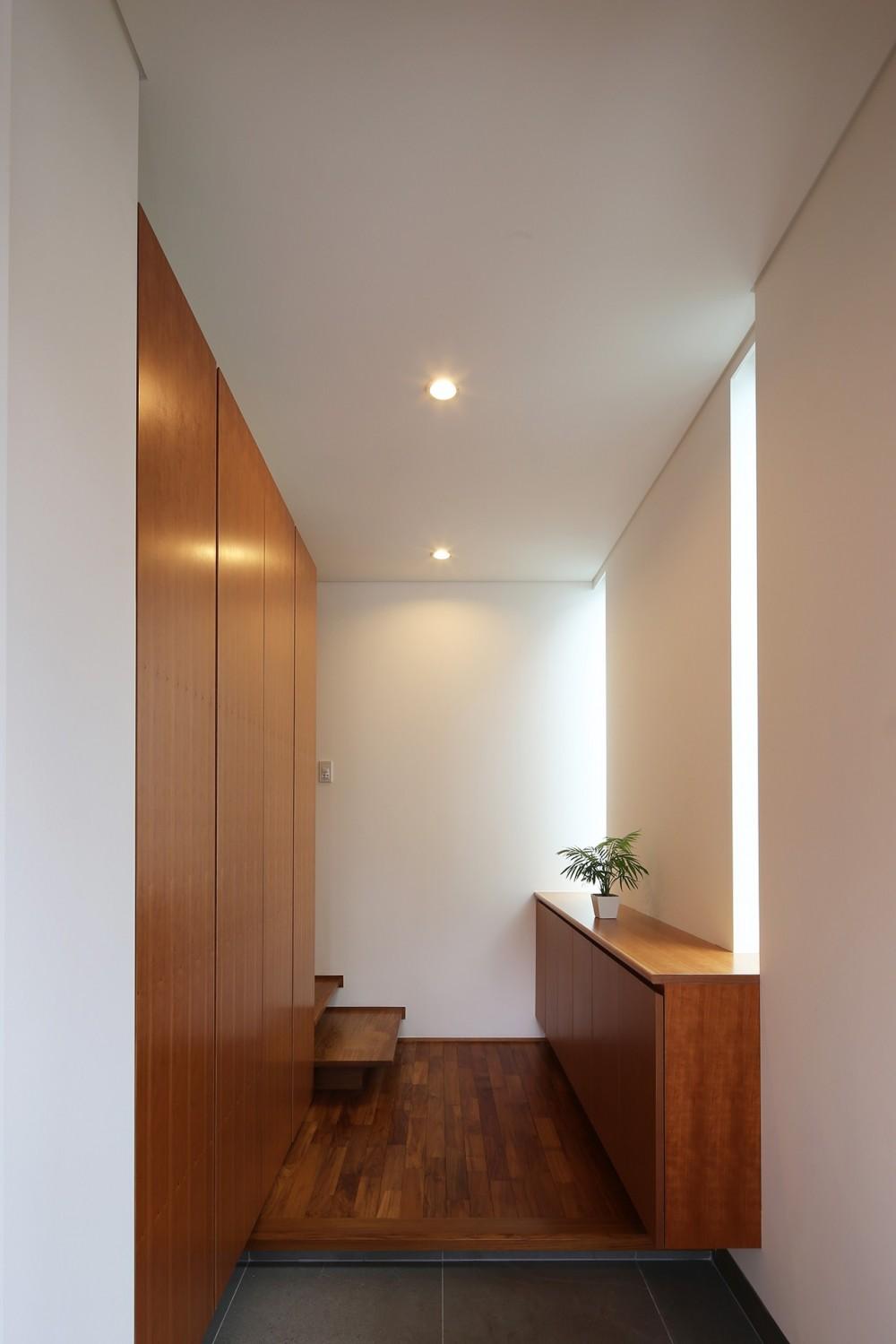 【つなぎ梁の家】  柔らかな光に包まれたリビング空間 (玄関)