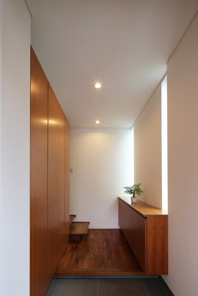 玄関 (【つなぎ梁の家】  柔らかな光に包まれたリビング空間)