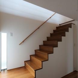 【つなぎ梁の家】  柔らかな光に包まれたリビング空間 (階段)