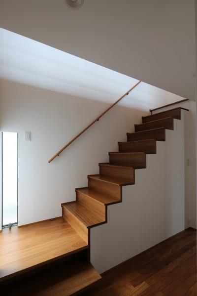 階段 (【つなぎ梁の家】  柔らかな光に包まれたリビング空間)