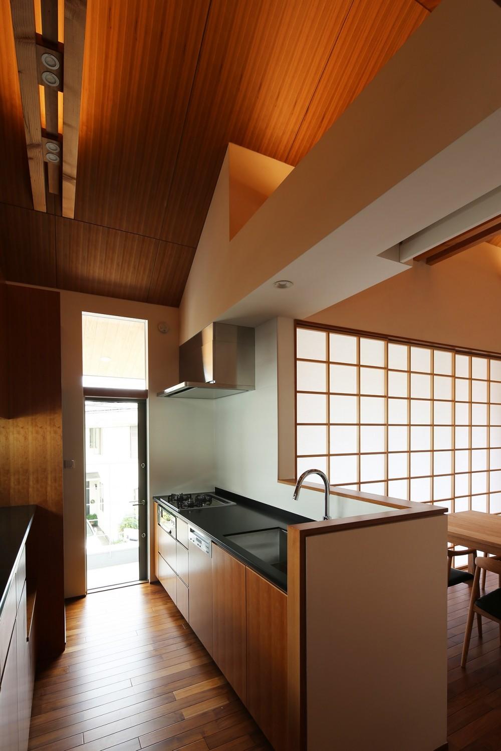 【つなぎ梁の家】  柔らかな光に包まれたリビング空間 (キッチン)