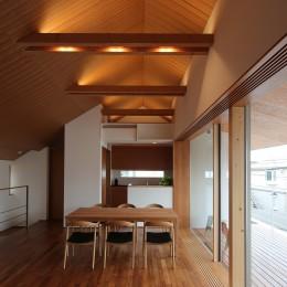 【つなぎ梁の家】  柔らかな光に包まれたリビング空間 (ダイニング)