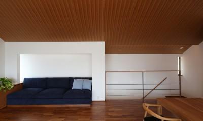 【つなぎ梁の家】  柔らかな光に包まれたリビング空間 (リビング)