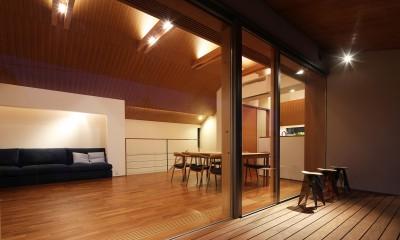 【つなぎ梁の家】  柔らかな光に包まれたリビング空間 (リビングダイニング(テラスから眺める))
