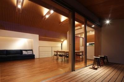 リビングダイニング(テラスから眺める) (【つなぎ梁の家】  柔らかな光に包まれたリビング空間)