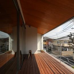 【つなぎ梁の家】  柔らかな光に包まれたリビング空間 (テラス)
