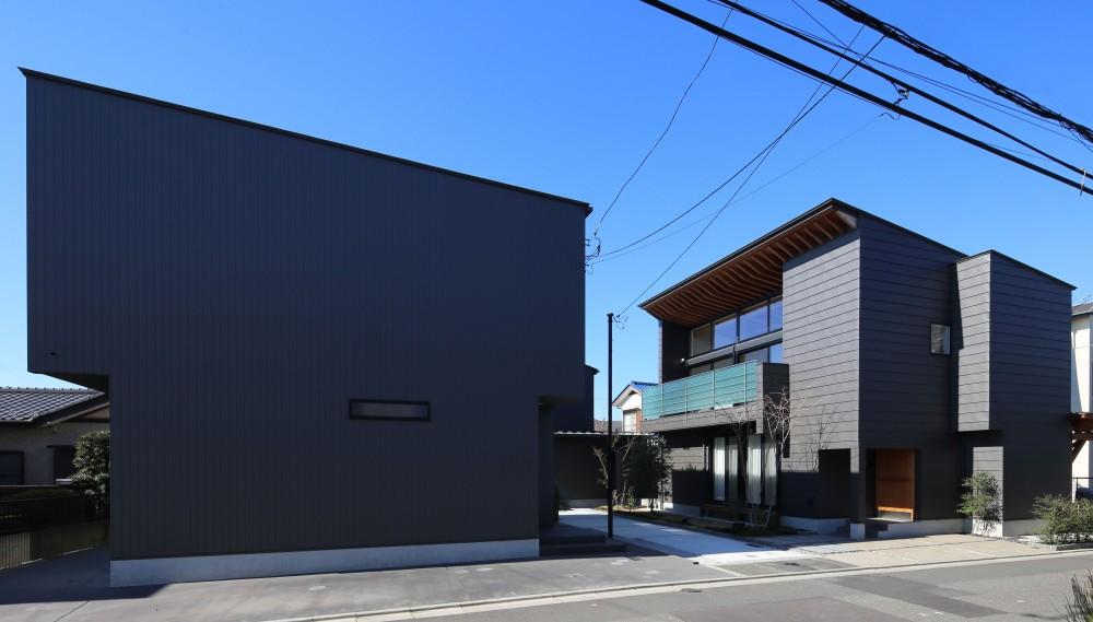 【Trilogy (三部作) − 西の家】  3区画の分譲地を統一デザイン (アプローチ)