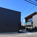 【Trilogy (三部作) − 西の家】  3区画の分譲地を統一デザインの写真 アプローチ