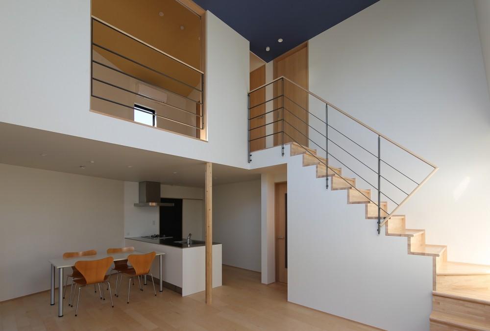 【Trilogy (三部作) − 西の家】  3区画の分譲地を統一デザイン (リビングダイニング・階段)