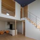 【Trilogy (三部作) − 西の家】  3区画の分譲地を統一デザインの写真 リビングダイニング・階段