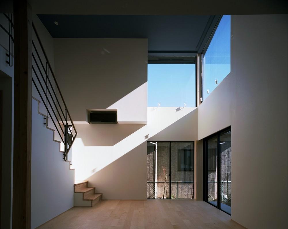 【Trilogy (三部作) − 西の家】  3区画の分譲地を統一デザイン (リビング)