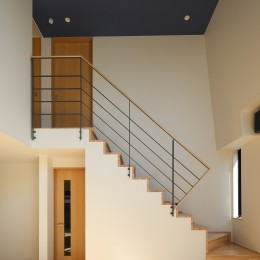 【Trilogy (三部作) − 西の家】  3区画の分譲地を統一デザイン (階段)
